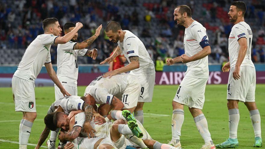 La selecció d'Itàlia celebra un gol contra Bèlgica