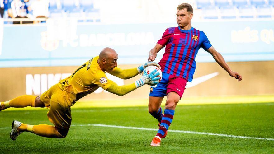 José Juan atrapa una pilota davant de la pressió d'un jugador blaugrana