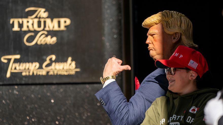 L'imitador de Donald Trump posa amb un xiquet en la Trump Tower a Nova York el 17 d'octubre passat
