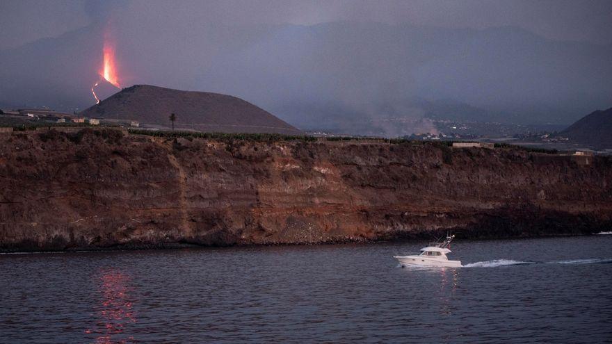 Columna de materials volcànics que emet el Cumbre Vieja, vista des de la mar, en una imatge d'aquest diumenge de vesprada