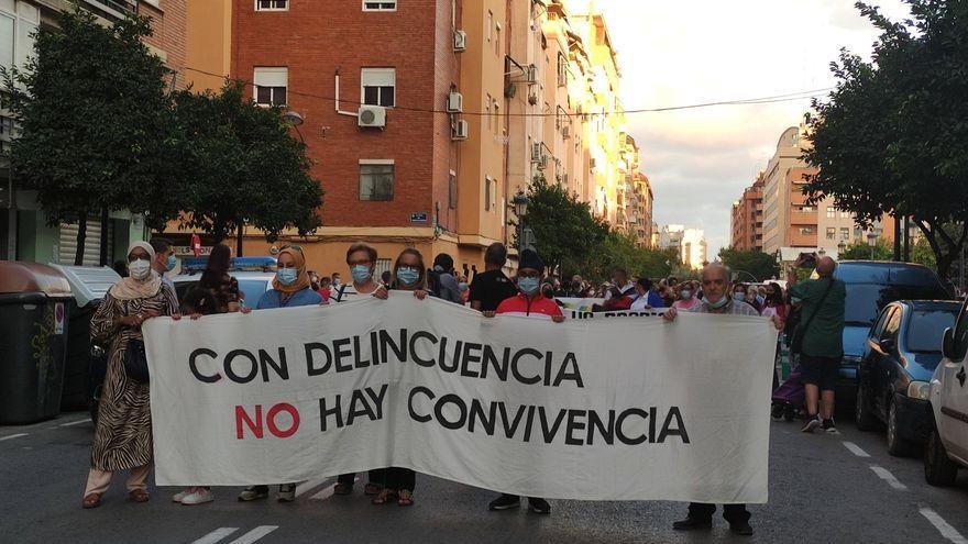 El veïnat dels Orriols, durant la manifestació, amb una pancarta