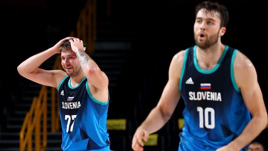 Doncic, amb les mans al cap, i Tobey, el 10 d'Eslovènia, durant el partit contra l'Argentina