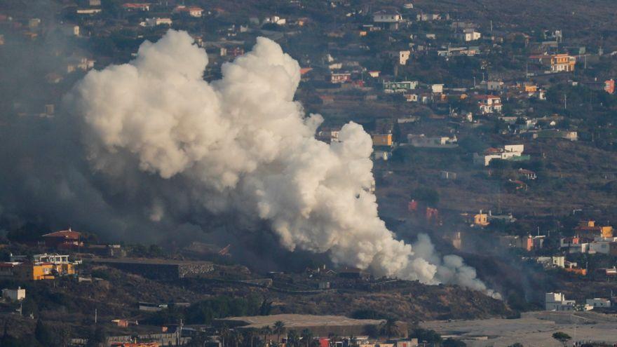 Immensa columna de gasos que deixa la lava del Cumbre Vieja