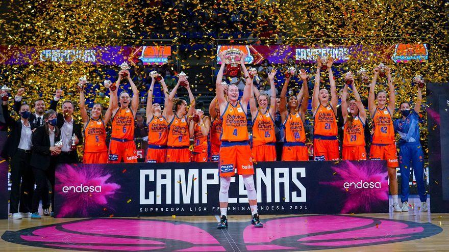 Anna Gómez alça el trofeu de campiones