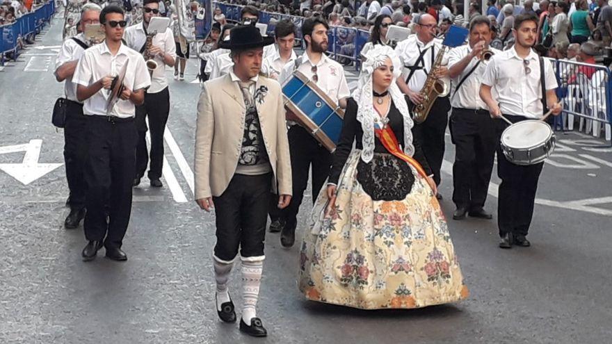 Les 89 comissions festeres desfilen en l'entrada de bandes.