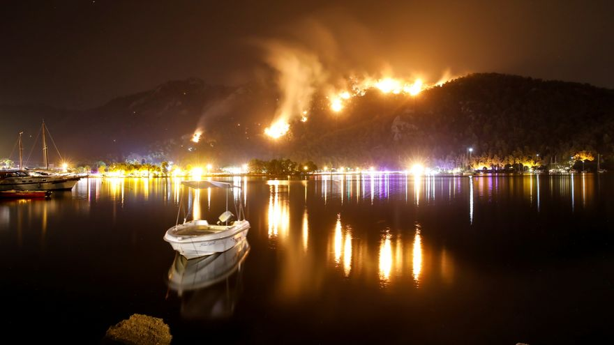 Les flames emergeixen en les muntanyes d'Orhaniye, una població propera a la turística Marmaris (Turquia)