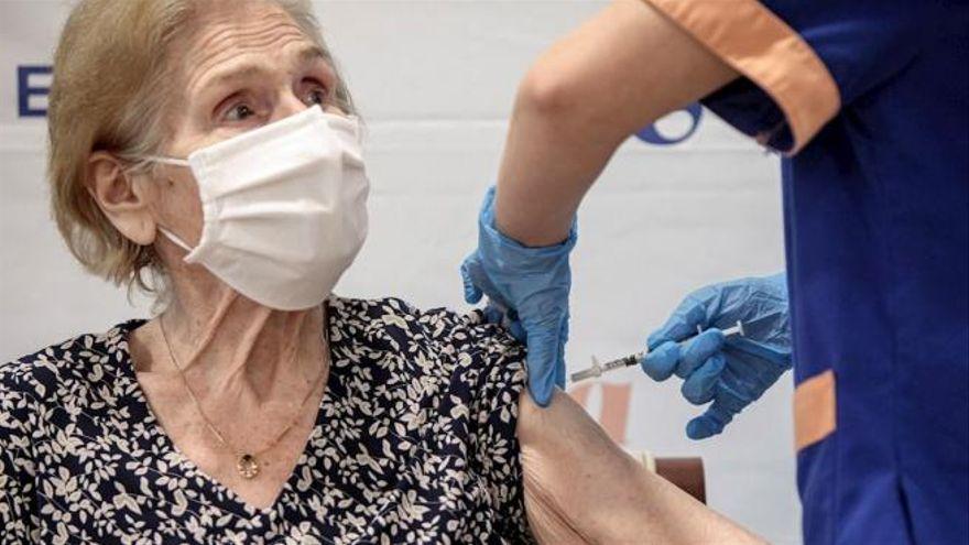 Un sanitari injecta la vacuna contra la Covid-19, en una imatge d'arxiu