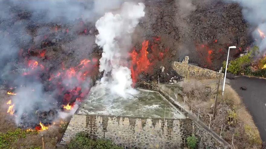 La lava del volcà de Cumbre Vieja, a l'illa de la Palma, avança cap a la mar en una imatge d'aquest dimarts