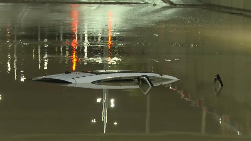 Cotxe atrapat en un túnel de Torrent