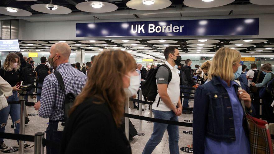Viatgers arriben a la terminal 5 de l'aeroport de Heathrow