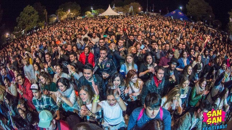 El públic segueix, davant l'escenari, una de les actuacions d'una edició anterior del festival SanSan, que acull Benicàssim