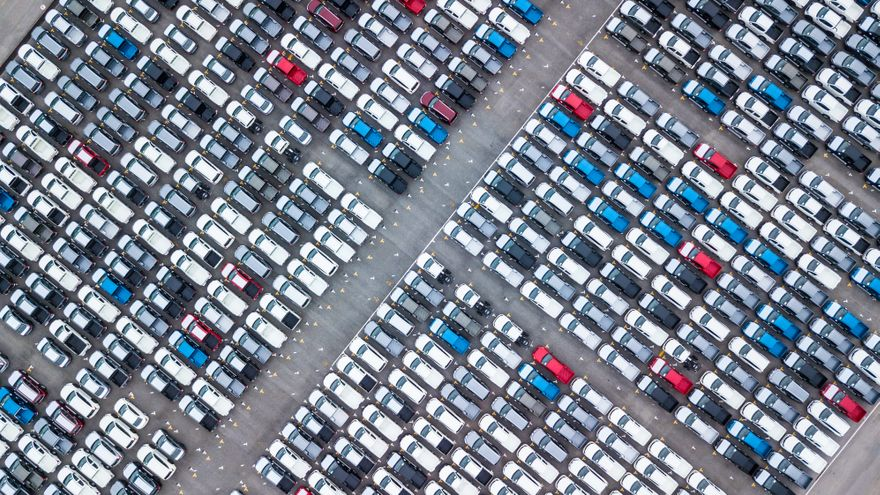 Pàrquing de cotxes nous en un recinte portuari