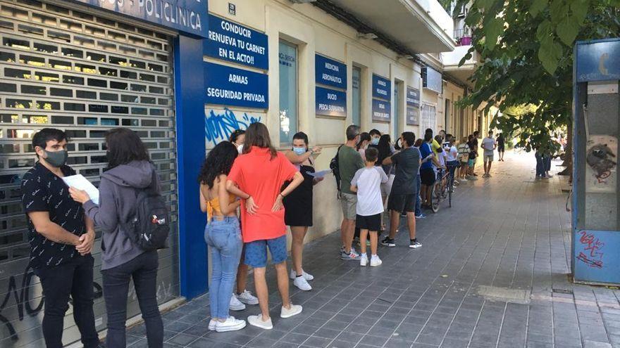 La gent espera a ser vacunada prop de l'estadi de Mestalla