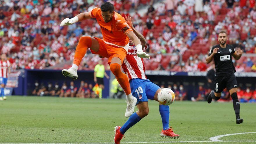 Kiko Casilla no encerta a desviar la pilota davant la intimidació de Correa