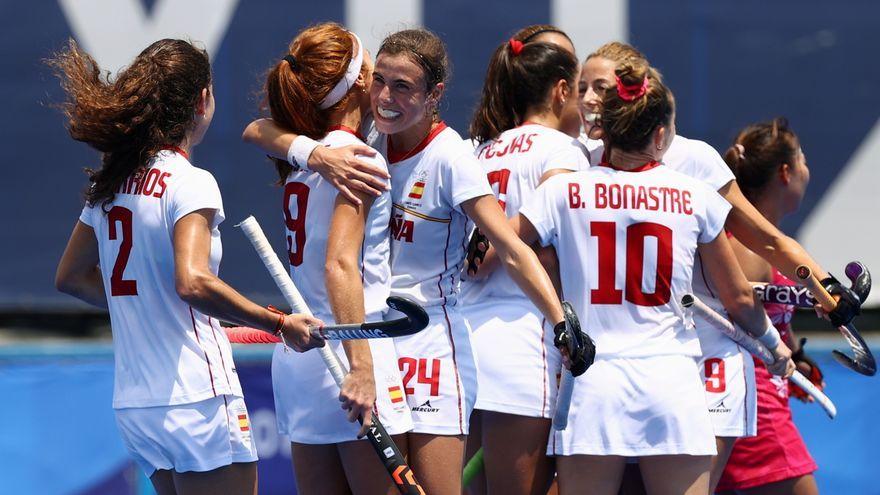 Les jugadores espanyoles celebren el triomf contra la selecció amfitriona