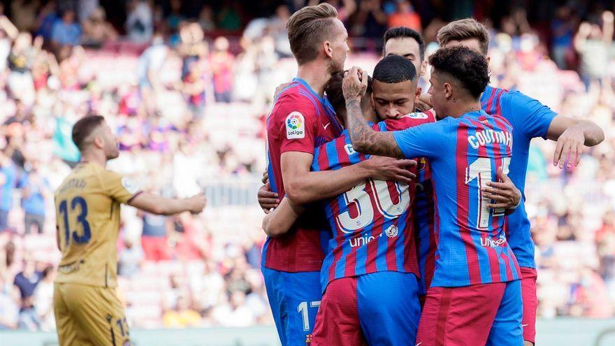 Els jugadors del Barça celebren un dels gols davant la desesperació de Mustafi