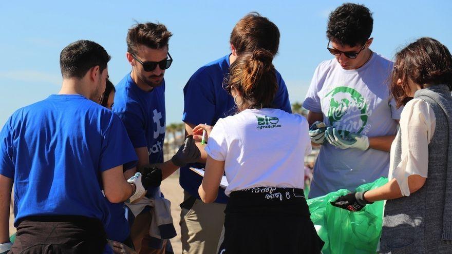 Voluntaris arrepleguen fem a la platja de la Patacona, en una imatge d'arxiu
