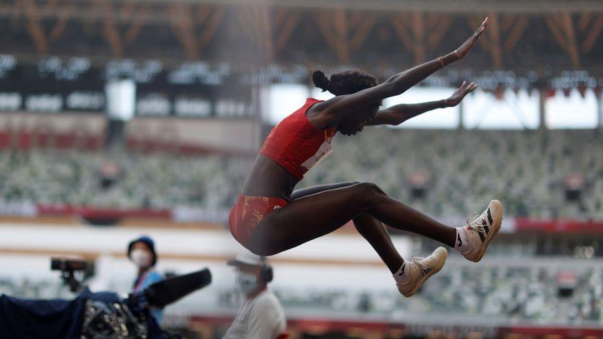 Fatima Diame, durant un salt a Tòquio