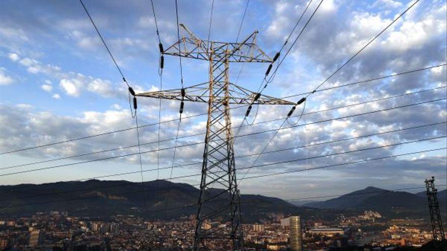 Torre elèctrica prop d'una ciutat