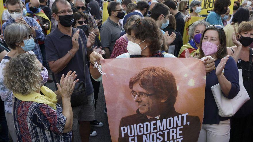 Concentració de protesta per la detenció de Puigdemont convocada per l'ANC enfront del consolat d'Itàlia a Barcelona