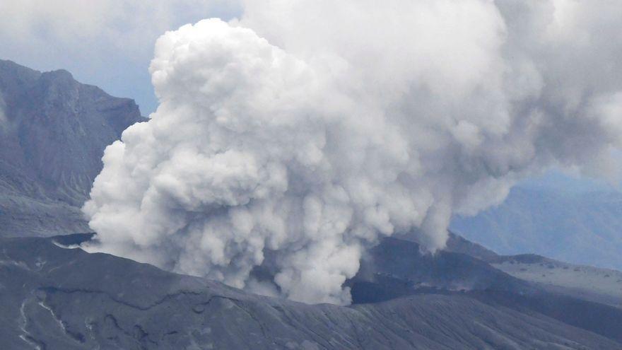 L'explosió del volcà japonés ha provocat una immensa columna de fum i gas tòxic