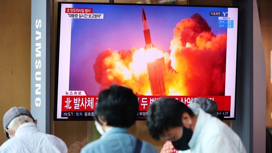 En la imatge, un reportatge de la televisió sud-coreana sobre el nou llançament de míssils