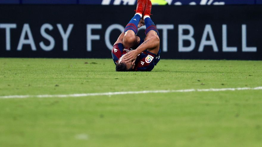 El jugador del Llevant Roberto Soldado es queixa d'un colp al turmell