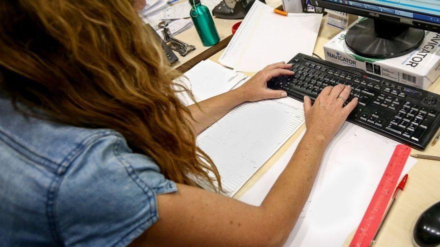 Una dona teletreballant, en una imatge d'arxiu