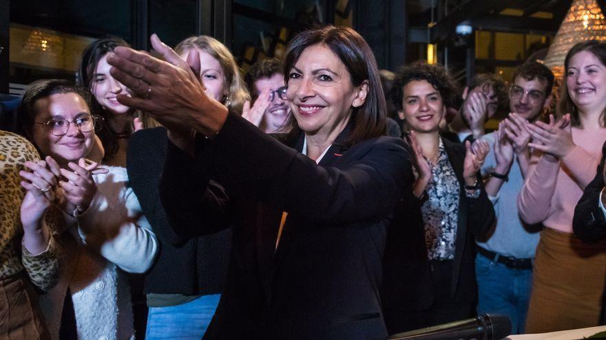 L'alcaldessa de París, Anne Hidalgo, aplaudeix després de l'anunci dels resultats de les primàries del partit socialista francés a París
