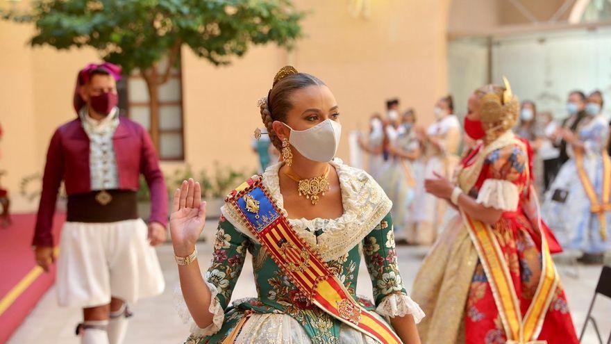 La fallera major de València, Consuelo Llobell, amb mascareta en el lliurament de premis de les Falles 2020