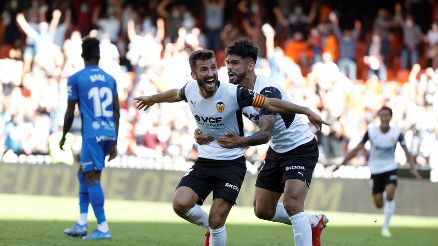 Gayà i Alderete celebren un gol en l'últim minut del partit