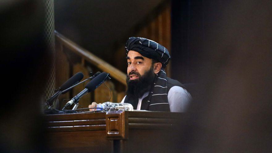 Zabihullah Mujahid, portaveu dels talibans, amb periodistes, durant una conferència de premsa a Kabul, l'Afganistan