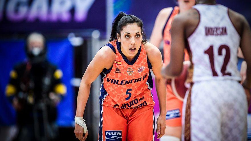 La jugadora del València Basket Cristina Ouviña, en una acció defensiva durant la final de l'EuroCup 2021