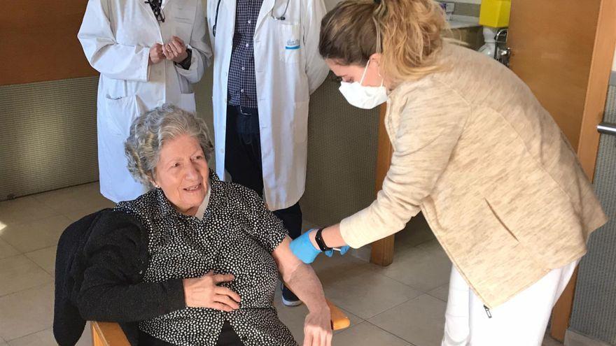 Imatge d'arxiu d'una dona que viu en una residència de majors sent vacunada