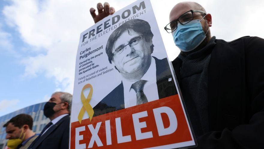 Un manifestant protesta contra l'arrest de Puigdemont