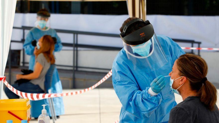 Personal sanitari realitza una prova PCR