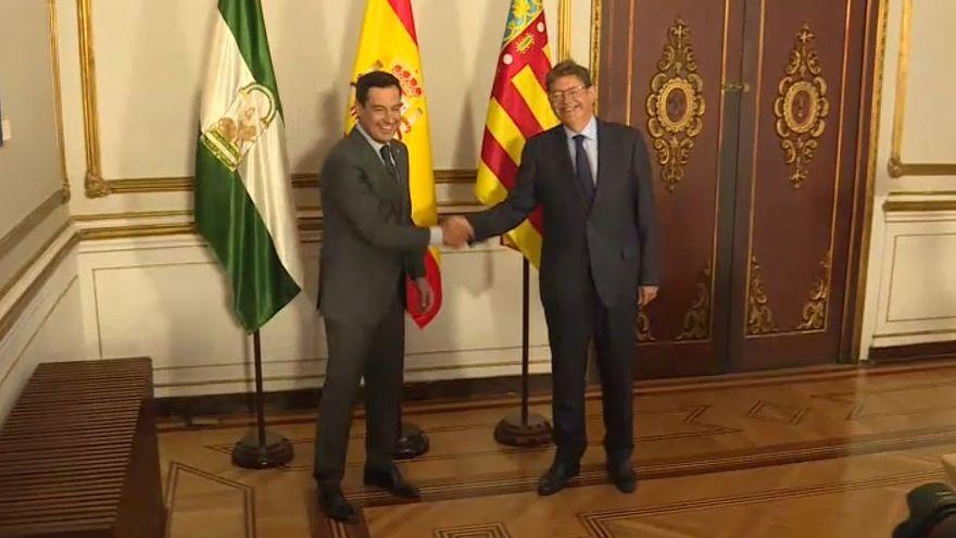 Juanma Moreno Bonilla i Ximo Puig es saluden a Sevilla abans de la reunió per tractar el finançament autonòmic