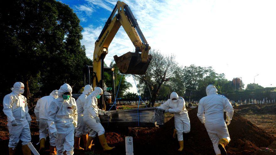 Zona per a soterrars a Gowa (Indonèsia) habilitada pel govern per a les víctimes de Covid-19