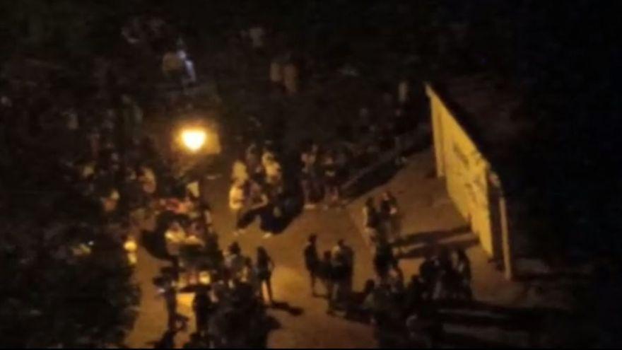 Captura d'imatge de la gravació facilitada per una veïna del botellot de la matinada de dijous als voltants de la plaça d'Hondures