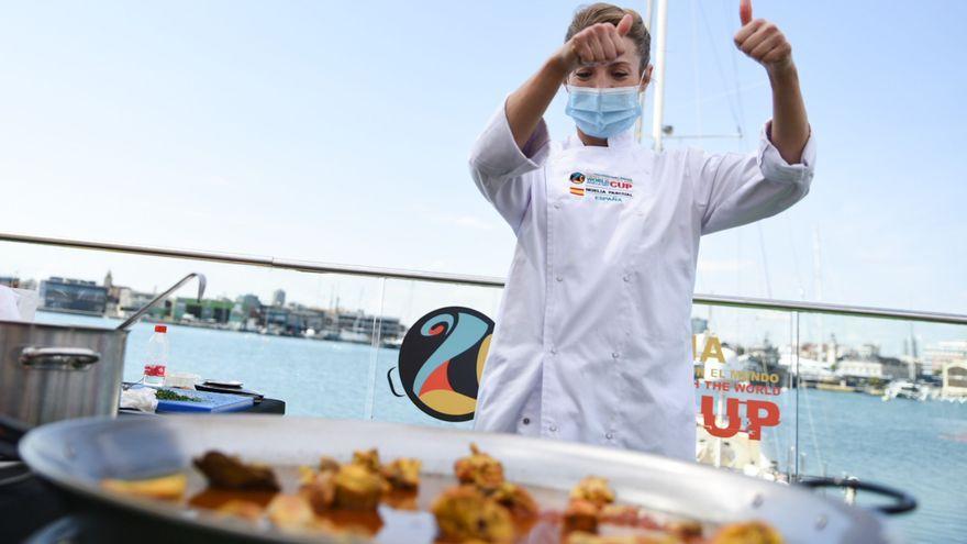 La xef Noelia Pascual fa una paella, en la IV edició del World Paella Day 2021