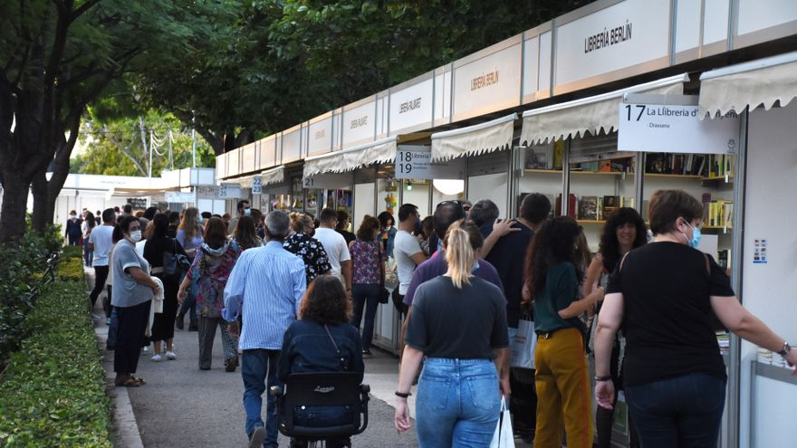 Un dels corredors de la Fira del Llibre, plena de casetes de les diverses llibreries valencianes