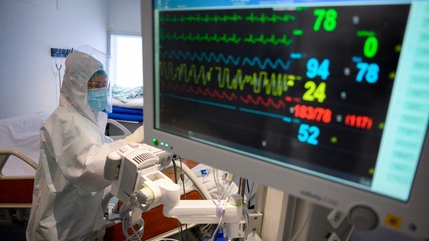 Un sanitari atén un pacient ingressat en la unitat de crítics, en una imatge d'arxiu