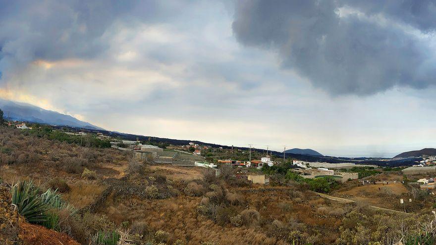 Vista del volcà i la lava presa des de Tajuya (La Palma), en el perímetre exterior de la zona d'exclusió