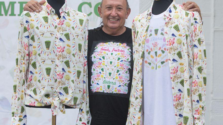 Francis Montesinos, amb les camises que ha dissenyat per a la festa de les Alfàbegues de Bétera