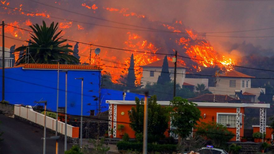 Una imatge de la lava de l'erupció volcànica a La Palma destruint cases