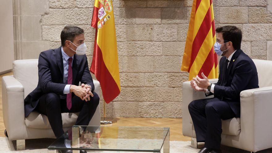El president de la Generalitat de Catalunya, Pere Aragonès, i el president del govern espanyol, Pedro Sánchez, abans de participar en la taula de diàleg