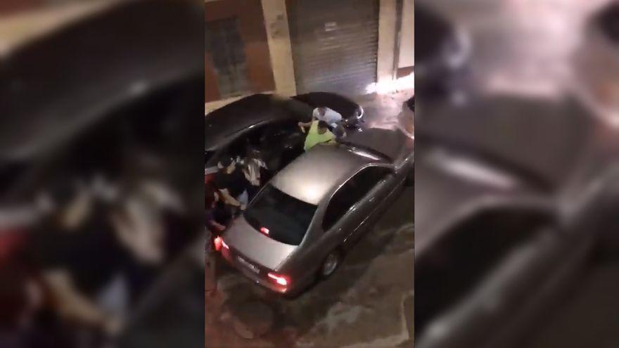 Imatge del moment en què el cotxe envesteix l'home que va resultar ferit