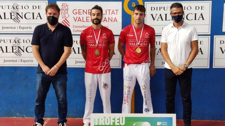 Adrián i De la Vega, amb la medalla de campions