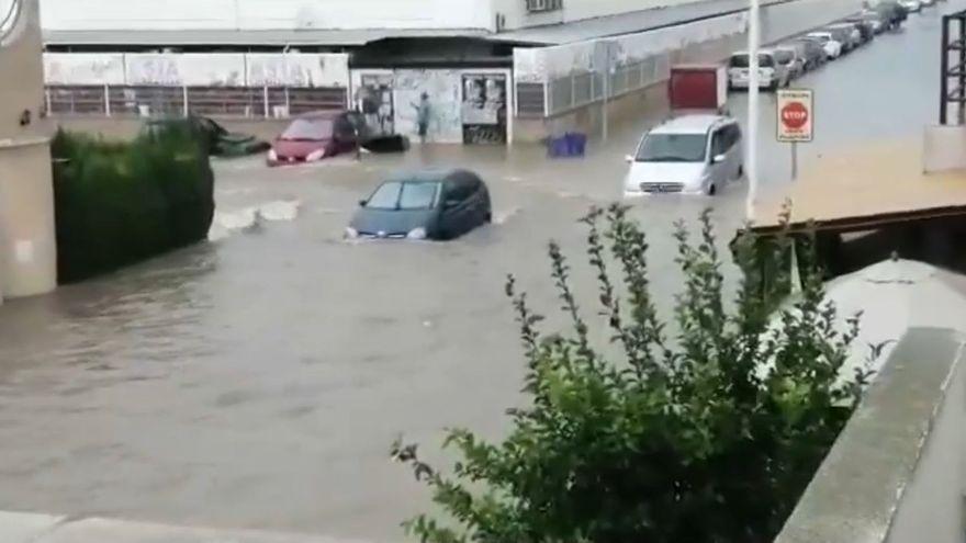 Vehicles atrapats per l'aigua en una urbanització de Torrevella, al Baix Segura