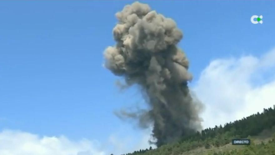 Moment en què la televisió canària va captar en directe l'erupció del volcà de Cumbre Vieja